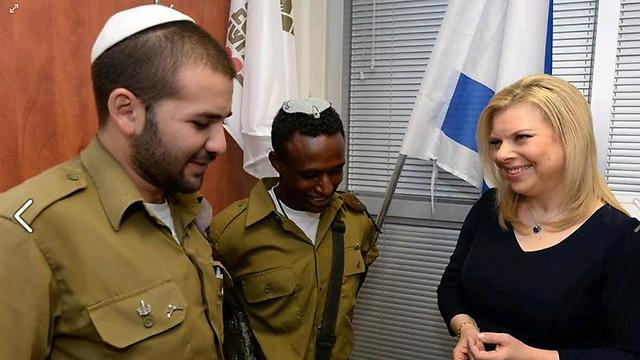 שרה נתניהו והחיילים הבודדים, צילום מתוך עמוד הפייסבוק של ראש הממשלה ()