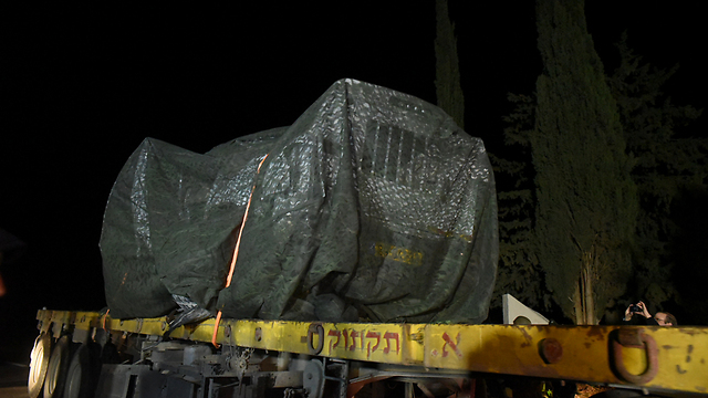 Vehicle hit in attack evacuated (Photo: Avihu Shapira) (Photo: Avihu Shapira)