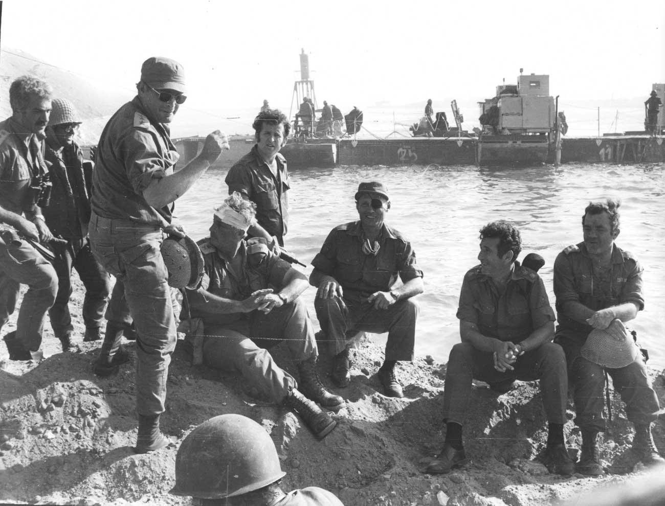 """משה דיין ואריאל שרון מבקרים את הכוחות בתעלה במלחמת יום כיפור (צילום: באדיבות ארכיון צה""""ל במשרד הביטחון)"""