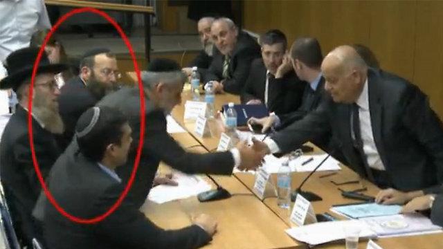 מרזל מתחמק מללחוץ את ידו של השופט ג'ובראן ()