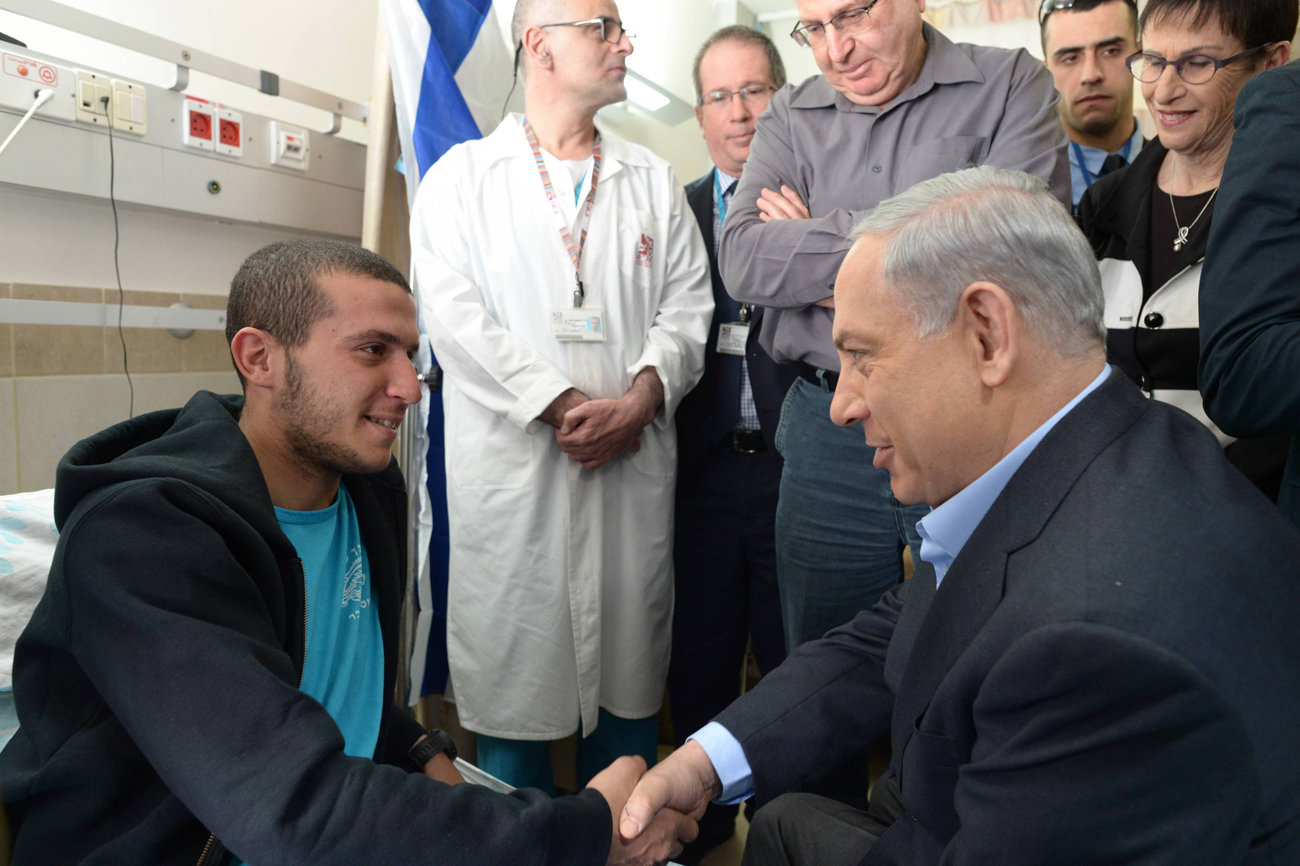 Netanyahu visits wounded soldiers in north (Photo: Amos Ben Gershom, GPO)