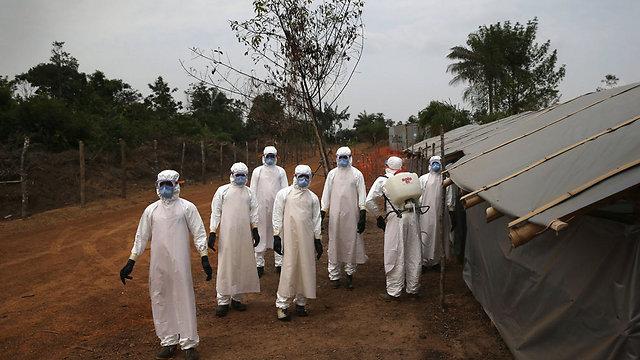 """""""אחד האויבים הקשים ביותר - השאננות"""". צוות רפואי בליבריה (צילום: getty images) (צילום: getty images)"""