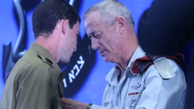 Gantz pinning the medal on Lt. Eitan Fund (Photo: Motti Kimchi)