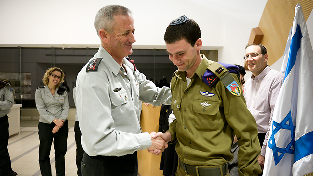 Gantz congratulating Eitan Fund for his citation (Photo: IDF Spokesperson's Unit) (Photo: IDF Spokesman)