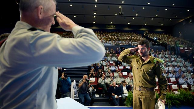 Gantz salutes soldier during Operation Protective Edge citation ceremony (Photo: IDF Spokesman's Unit)