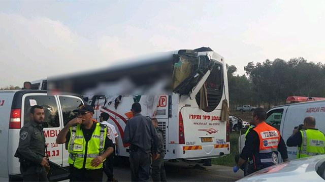 כוחות החירום מחוץ לאוטובוס שנפגע ()