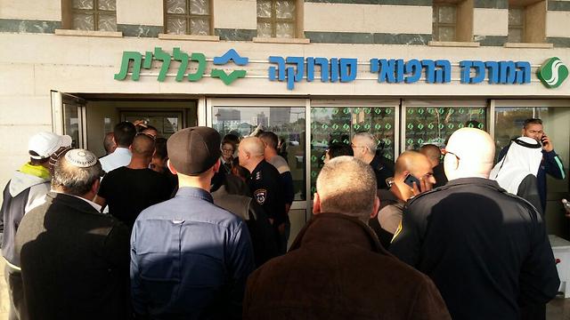 קרובי הנפגעים התאספו מחוץ לבית החולים סורוקה (צילום: בראל אפרים) (צילום: בראל אפרים)