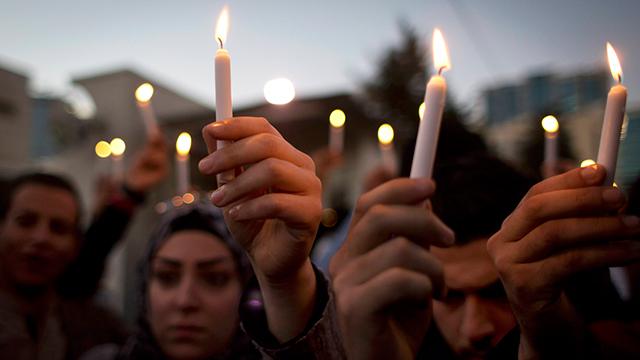 Jordanians hold candle vigil for pilot (Photo: AP) (Photo: AP)