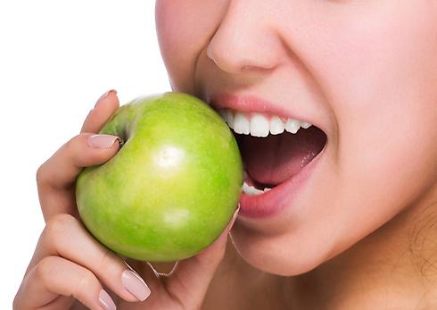 תתעוררי מינית, קחי לך תפוח (צילום: shutterstock) (צילום: shutterstock)
