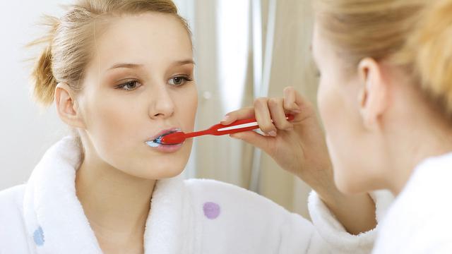 צחצוח בלבד לא תמיד עוזר. שמירה על בריאות השיניים (צילום: shutterstock) (צילום: shutterstock)