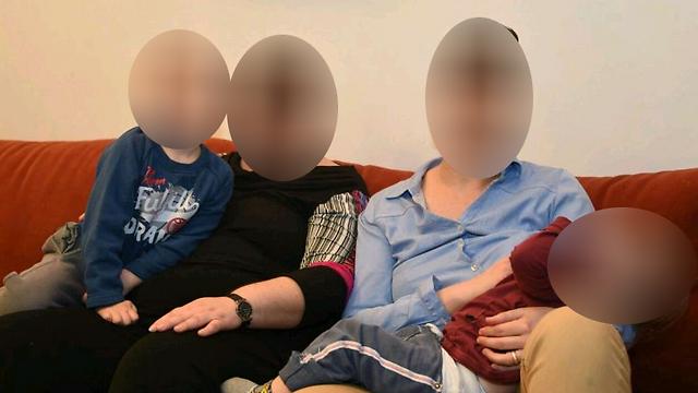 """""""משהו משמעותי עבור כל האימהות במצב הזה"""". מ' וש' עם שני הילדים ()"""