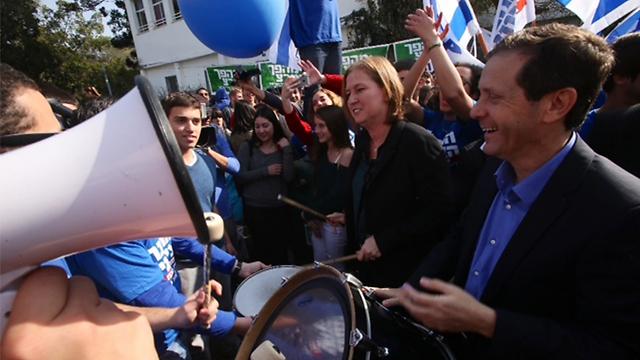 Herzog and Livni at high-school (Photo: Motti Kimchi)
