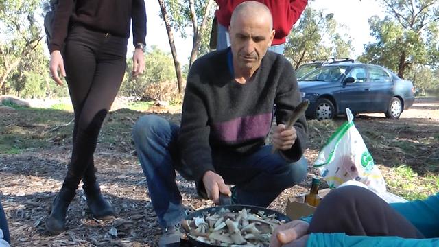 השף, יצחק נתן לוי, מקפיץ פטריות בר בחיק הטבע (צילום: אסף קמר) (צילום: אסף קמר)