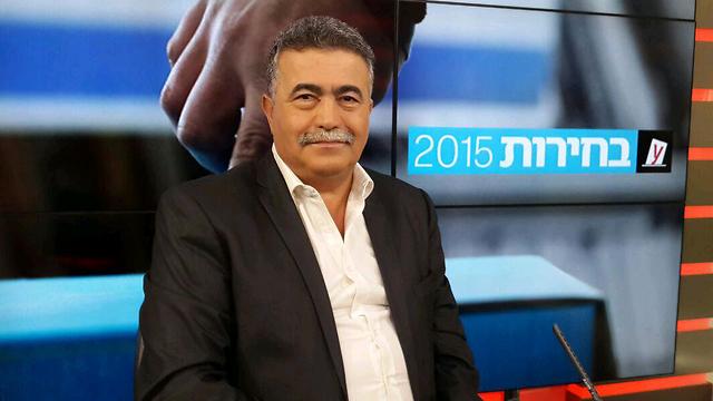 Amir Peretz at Ynet's studio (Photo: Zehavit Shasha)