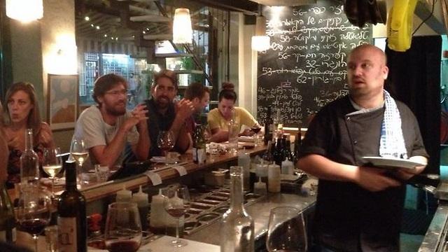 """האוכל טעים, היינות - ביו-דינמיים. יאיר יוספי ובר היין """"ברוט"""" (צילום: אברהם כץ) (צילום: אברהם כץ)"""