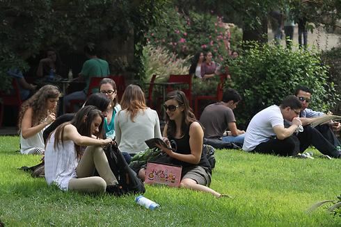 סטודנטים באוניברסיטה העברית בירושלים. כ-700 קיבלו מלגות (צילום: גיל יוחנן) (צילום: גיל יוחנן)