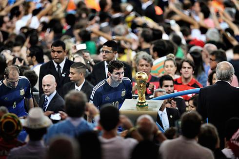 ליאו מסי מביט בגביע העולם, שלא יהיה שלו. תמונת השנה בספורט (צילום: EPA) (צילום: EPA)