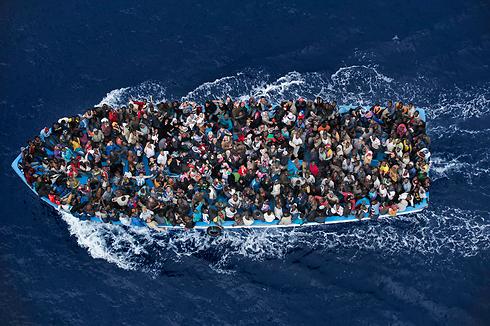 פליטים בים, בדרך מאפריקה לאירופה (צילום: EPA) (צילום: EPA)