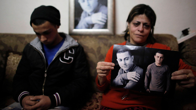 האם והאח בדירה בירושלים (צילום: רויטרס) (צילום: רויטרס)