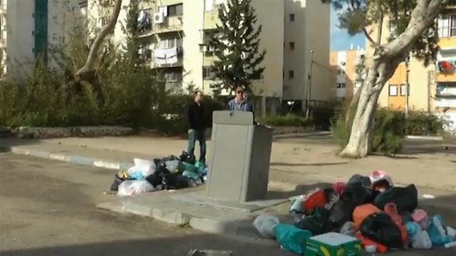 האשפה נערמת ברחוב  (צילום: אסף קמר) (צילום: אסף קמר)