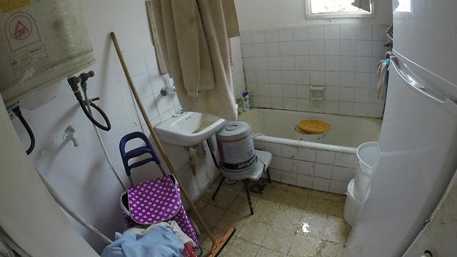 מרכז הקליטה במבשרת ציון. מיטה מול מיטה, מקרר בשירותים (צילום: אלי מנדלבאום)