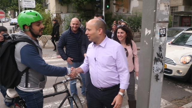 Bayit Yehudi leader Naftali Bennett tours Tel Aviv and meets with residents (Photo: Motti Kimchi)