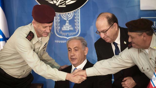 זה שיוצא וזה שנכנס. גנץ ואיזנקוט מול נתניהו ויעלון (צילום: AFP) (צילום: AFP)