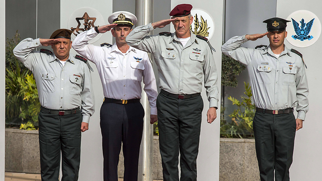 Former IDF cheif Ganz welcomes Eisenkot (Photo: AFP)