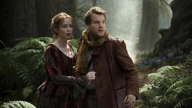 """ג'יימס קורדן ואמילי בלאנט כאופה ואשתו ב""""אל תוך היער"""" ()"""