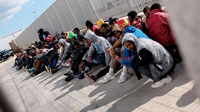 מהגרים בלתי חוקיים שהגיעו מלוב ממתינים להעברה מלמפדוזה למרכזי קליטה בסיציליה (צילום: AFP) (צילום: AFP)