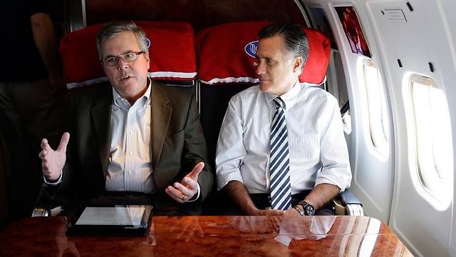 ילמד מהלקח של המועמד לשעבר לנשיאות? ג'ב בוש ומיט רומני (צילום: AP) (צילום: AP)