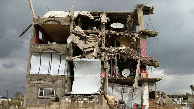 Makeshift dwelling in bombed-out building (Photo: Reuters)