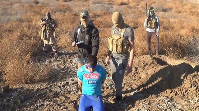 דאעש הוציא להורג עיראקי עם חולצה של קבוצת הכדורגל נאפולי. באיטליה תוהים: גם זה מסר בשבילנו? ()
