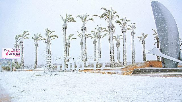 Snow at the entrance to Dimona. (Photo: Liraz Amar)