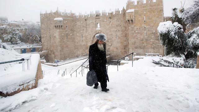 שלג ליד חומות העיר העתיקה (צילום: AFP) (צילום: AFP)