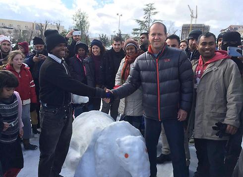 ראש העיר ברקת עם הזוכה בתחרות הפיסול משלג (צילום: דוברות עיריית ירושלים) (צילום: דוברות עיריית ירושלים)