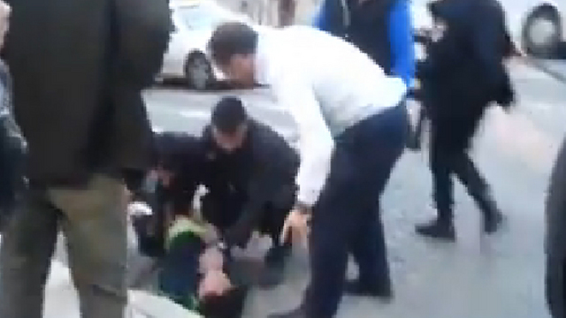 Jerusalem Mayor Nir Barkat and his bodyguard overtake the terrorist