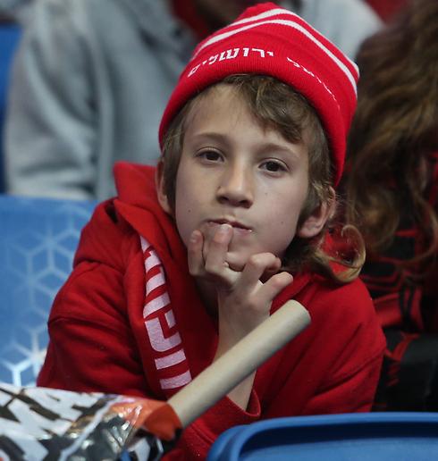 הילד הזה כבר לא יזכה לראות את הקבוצה שלו מניפה גביע (צילום: אורן אהרוני) (צילום: אורן אהרוני)