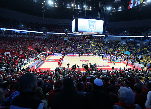 האולם לובש חג - צהוב מול אדום (צילום: אורן אהרוני) (צילום: אורן אהרוני)