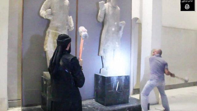 הם גם הורסים יצירות עתיקות. אנשי דאעש מרסקים פסלים במוזיאון במוסול, עיראק (צילום: AP) (צילום: AP)