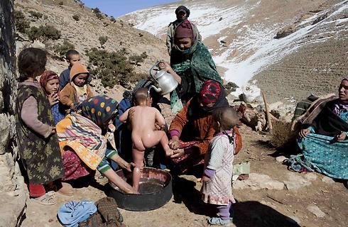 מקלחת לילדים בהרי האטלס (צילום: רויטרס) (צילום: רויטרס)