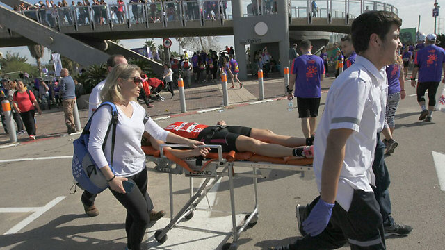 Runner evacuated for treatment (Photo: Ido Erez) (Photo: Ido Erez)
