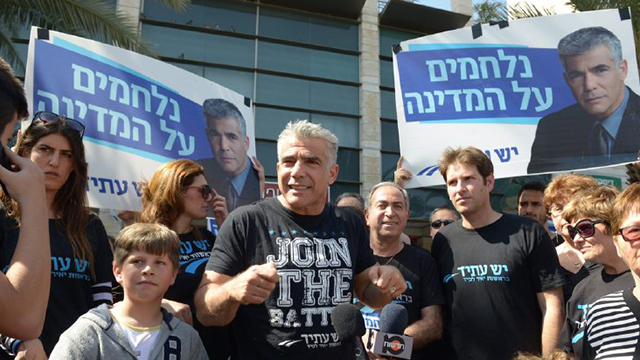 Yesh Atid leader Yair Lapid with party activists (Photo: Elad Gutman)