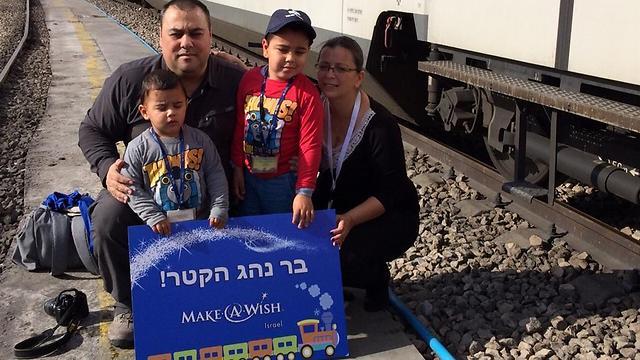 משפחת בן דוד מתארחת ברכבת ישראל. בר הגשים חלום לנהוג קטר (צילום: סיגל דותן, עמותת MAKE-A-WISH) (צילום: סיגל דותן, עמותת MAKE-A-WISH)