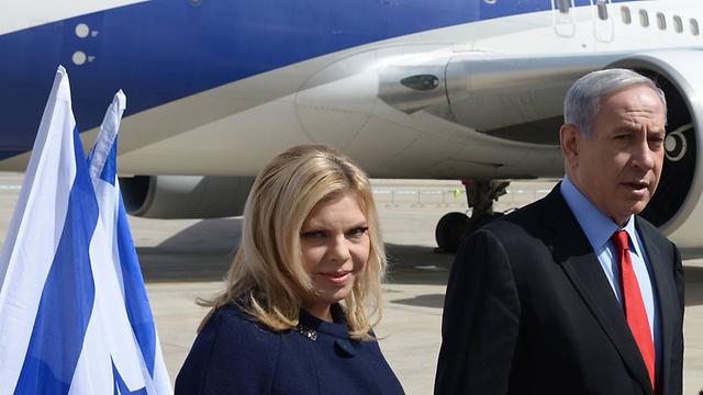 """בנימין ושרה נתניהו, רגע לפני העלייה למטוס (צילום: עמוס בן גרשום לע""""מ) (צילום: עמוס בן גרשום לע"""