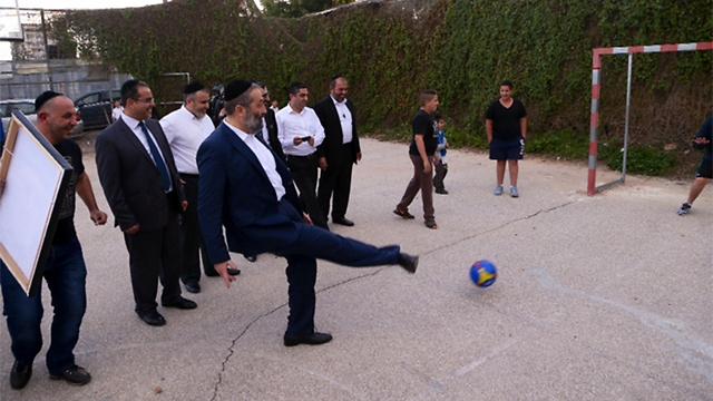 משתעשע בכדורגל לפני הצגת התוכנית. דרעי בדרום תל אביב, היום (צילום: מוטי קמחי) (צילום: מוטי קמחי)