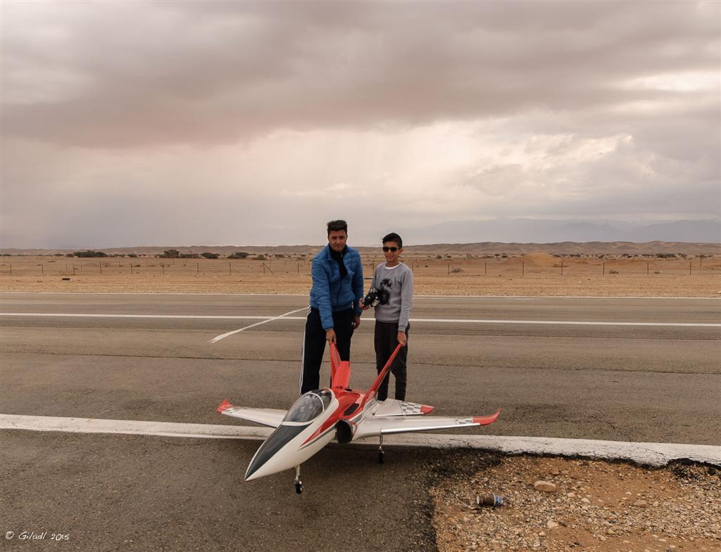 אב, בן והמטוס המשפחתי (צילום: גלעד לבני) (צילום: גלעד לבני)