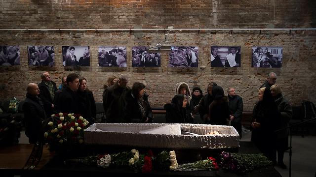 הלווייתו של מתנגד המשטר הרוסי (צילום: AP) (צילום: AP)