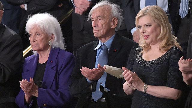 שרה נתניהו ליד פרופ' אלי ויזל בקהל (צילום: AFP)