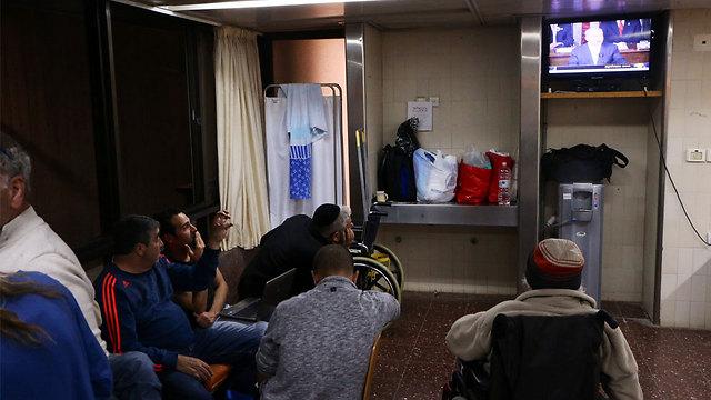 Israelis at Sheba Medical Center watch Netanyahu's speech. (Photo: Motti Kimchi)